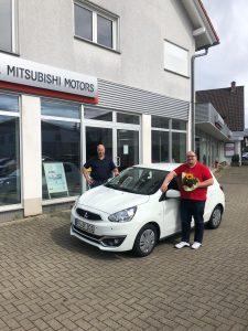 Bereichsleiter-Benjamin-Kessinger-holt-neuen-Wagen-Auto-Ambulanter-Pflegedienst
